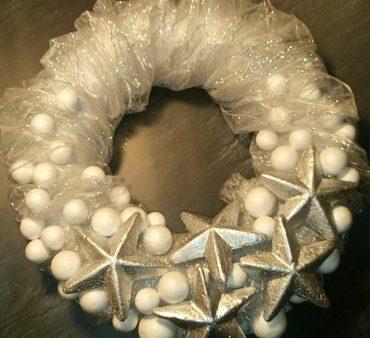 Venček z dekorativno tkanino in srebrnimi zvezdicami
