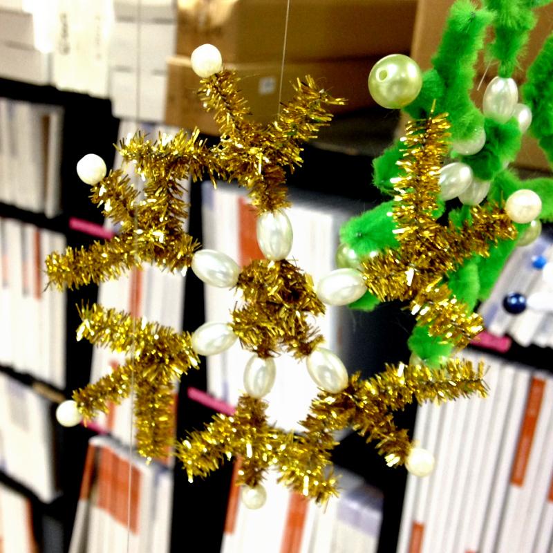 Snežinka iz kosmate žičke in perlic