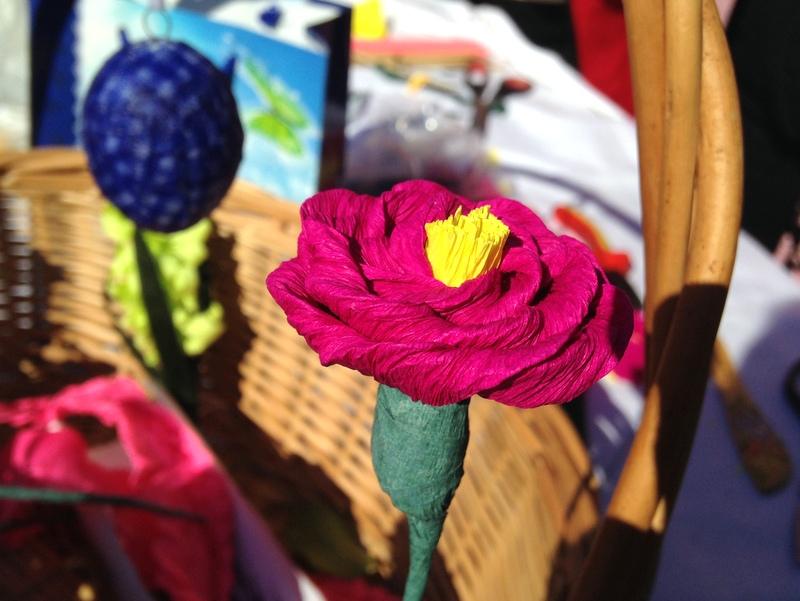 Roža iz krep papirja