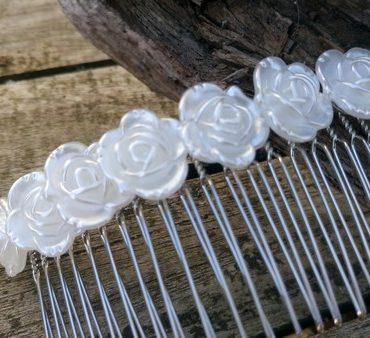 Glavniček za lase z belimi vrtnicami